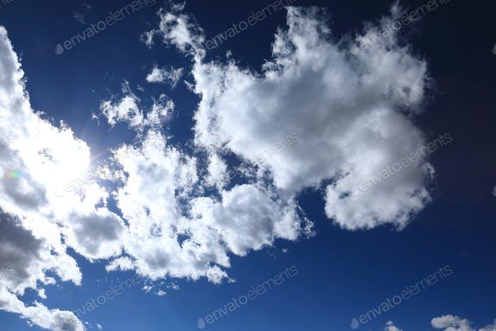 Schöner bewölkter Himmel in Tibet