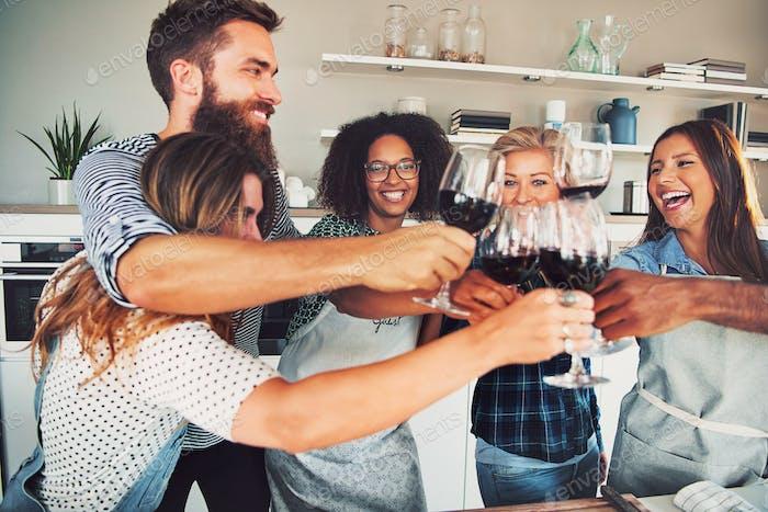 Gute Freunde Toasten mit Weingläsern