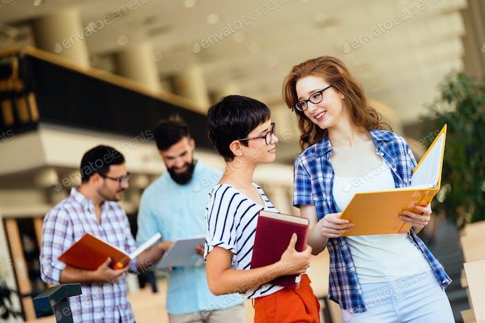 Gruppe von Studenten, die an der Bibliothek studieren