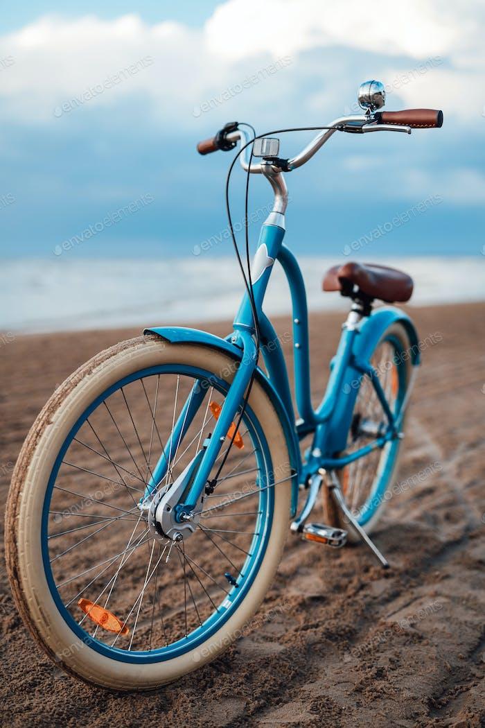 Fahrrad an der Küste, mit dem Meer im Hintergrund