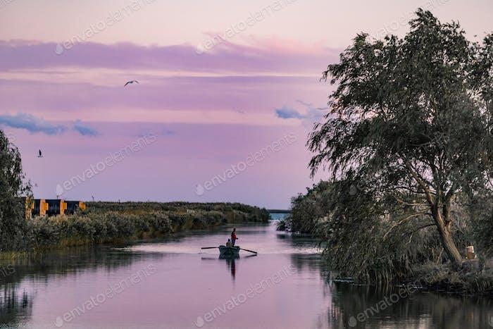 Boot auf dem Kanal im Donaudelta, Rumänien