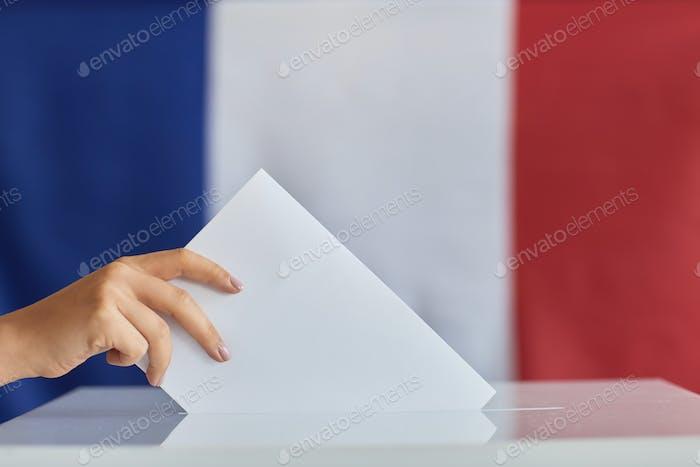 Mujer votando por el gobierno