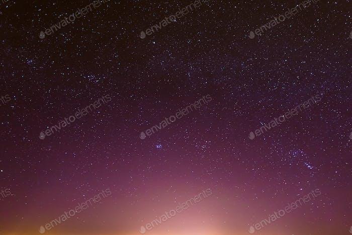 Nacht Sternenhimmel mit leuchtenden Sternen