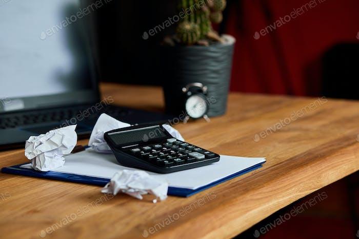 Vida muerta del espacio de trabajo contable con calculadora de accesorios de oficina