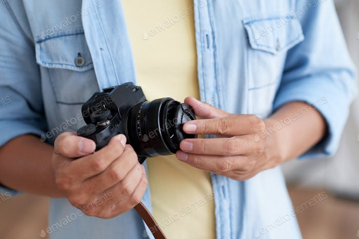 Colocación de la tapa de la lente