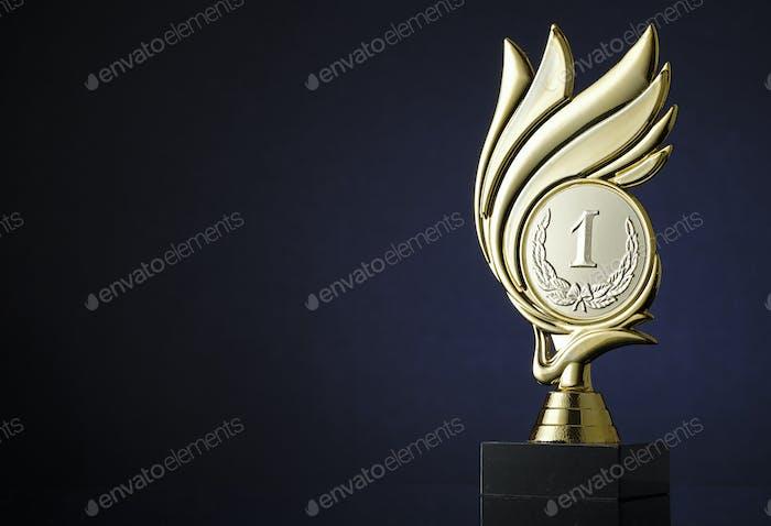 Gewinner Goldtrophäe mit Medaillon und Wirbel