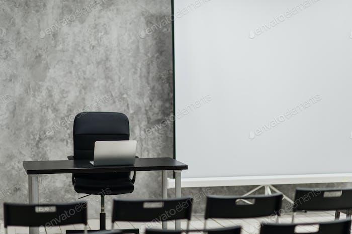 Moderner Studentenraum mit weißem Schreibtisch und Stühlen