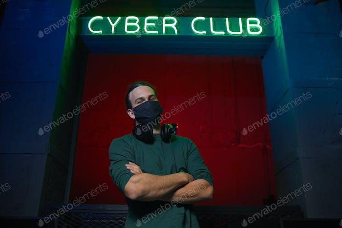 Gamer in der Maske im Computerclub