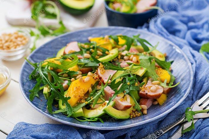 Ensalada de vacaciones con pollo ahumado, mango, aguacate y rúcula