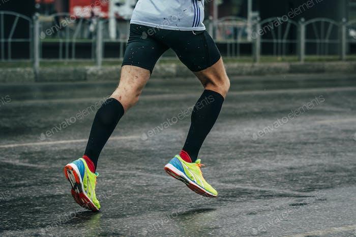 junger Athlet läuft einen Marathon