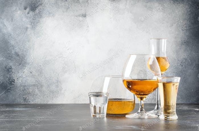 Set von harten starken alkoholischen Getränken und Spirituosen