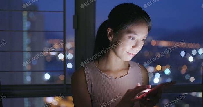 Frau Verwendung von Smartphone zu Hause