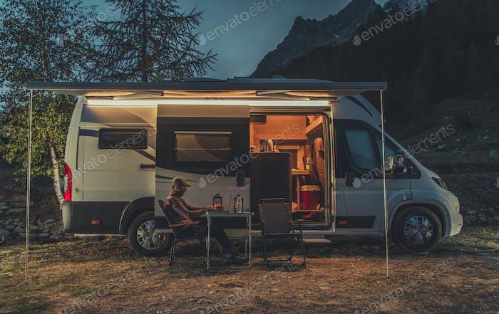 Remote Arbeit auf Laptop während Camping in einer Wildnis