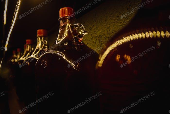 Gefrorenes Glas kalte Flasche Wein. Vintage-Look