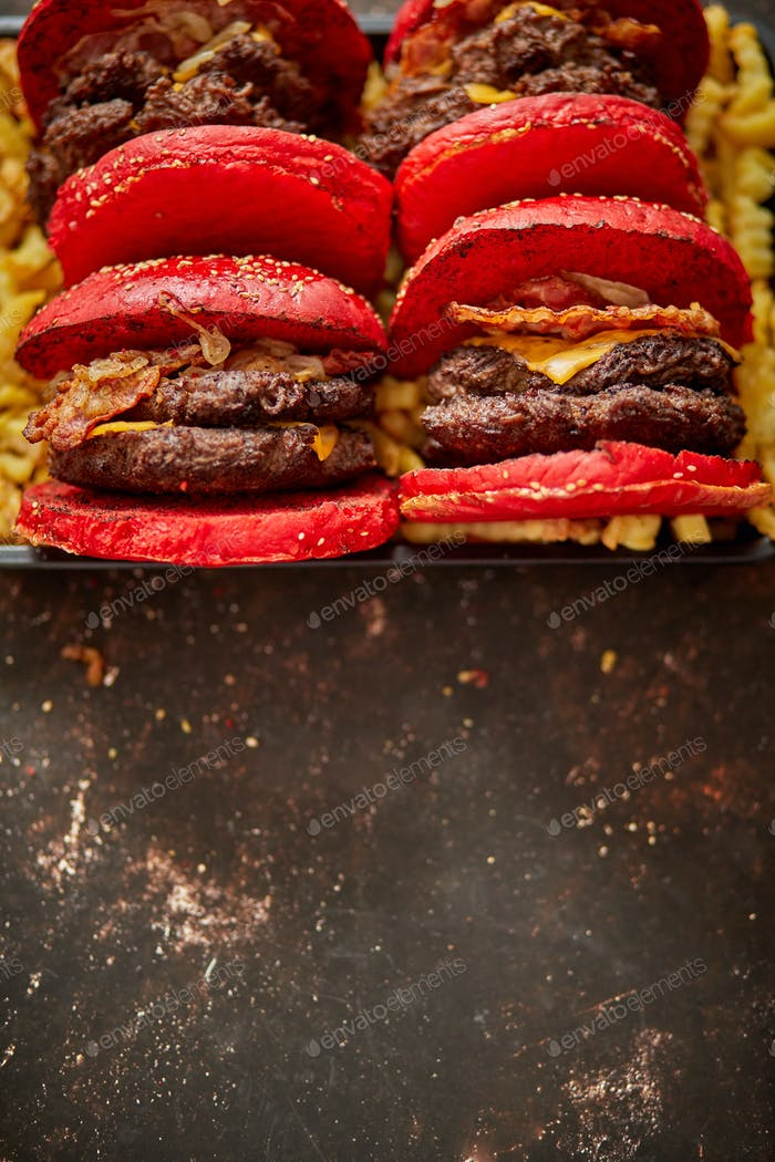 Burger auf Pommes frites gelegt