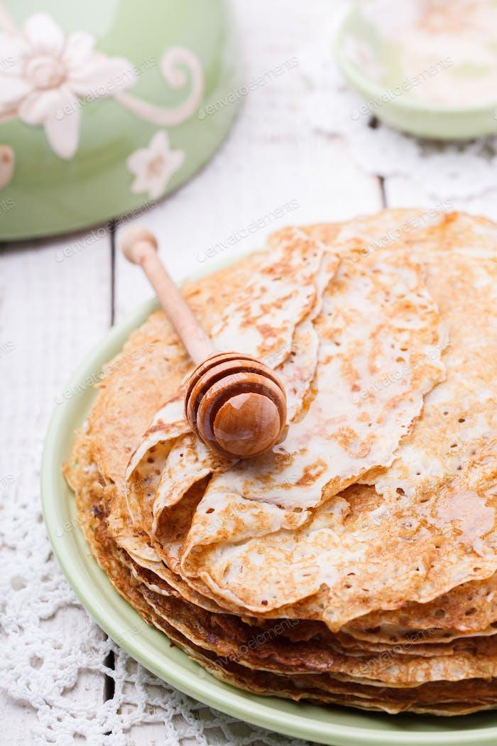 Stapel Pfannkuchen mit Honig