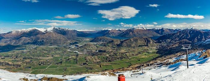Panorama de las montañas de Novedad Zelanda y pistas de esquí vista desde Corone