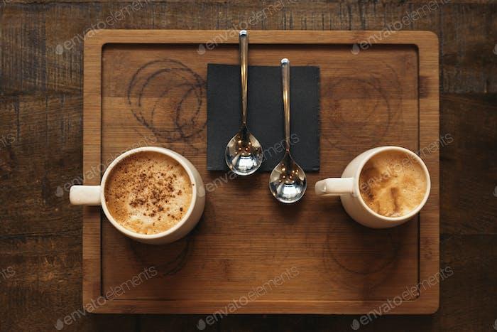 Tablett mit köstlichen Kaffees.