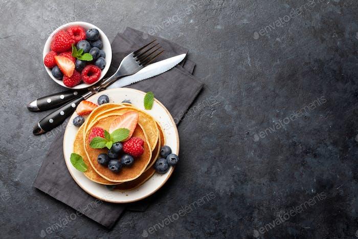 Köstliche Pfannkuchen mit Beeren und Marmelade