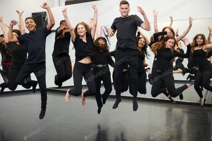 Männlich und weiblich Studenten bei Darstellenden Künsten Schule Proben Street Dance In Studio