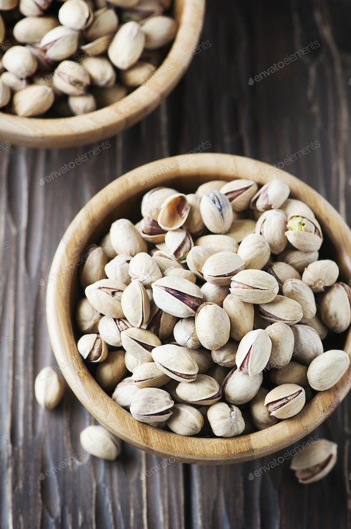 Salz Pistazien Nüsse in der Holzschale