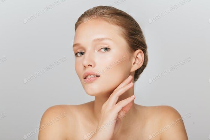 Porträt von jungen schönen Frau ohne Make-up verträumt lookin