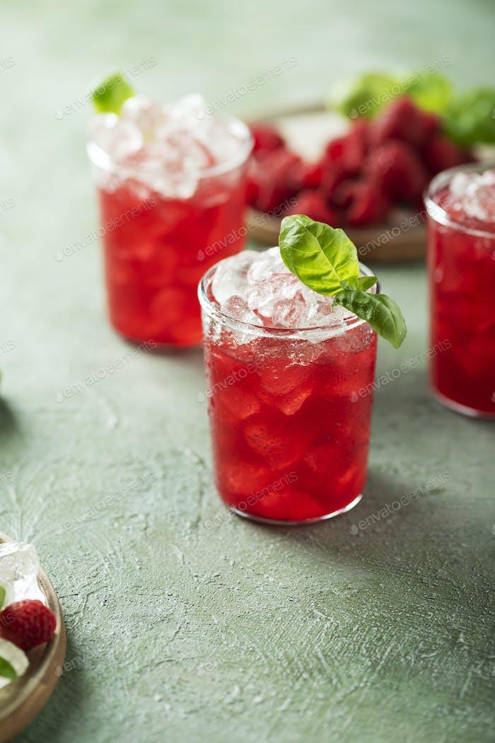 Frischer Himbeer-Cocktail mit Basilikum