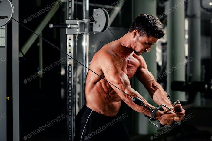gutaussehende Mann trainieren in fitnessstudio