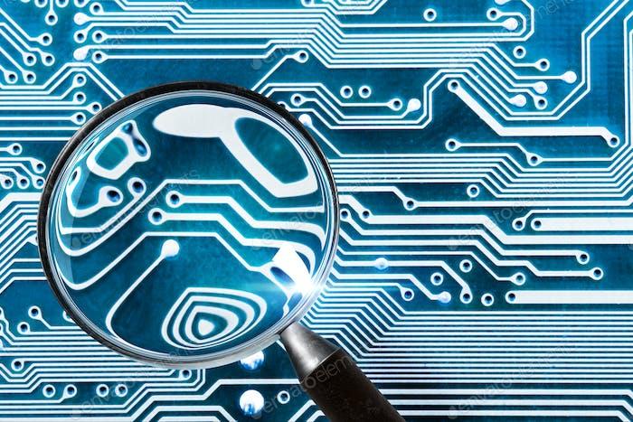 Плата Компьютер - компьютерная система безопасности и увеличительное стекло
