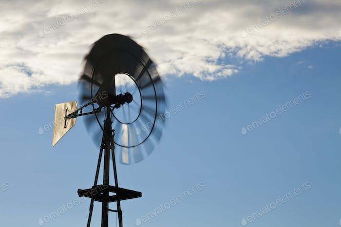 Molino de viento contra un cielo azul