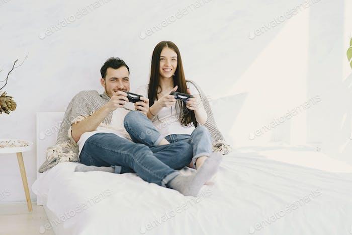 Paar zu Hause spielen in einem Video spiele