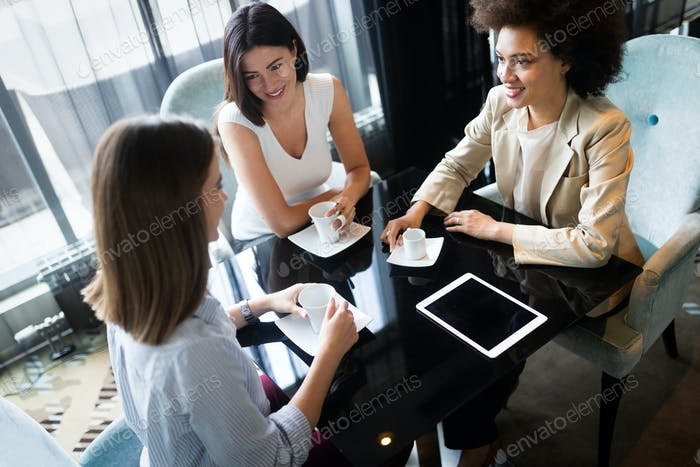 Glückliche Freunde mit einem guten Gespräch sitzen in einem Restaurant