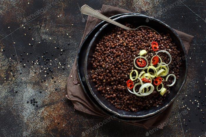 Schwarze Linsen und Gemüseeintopf