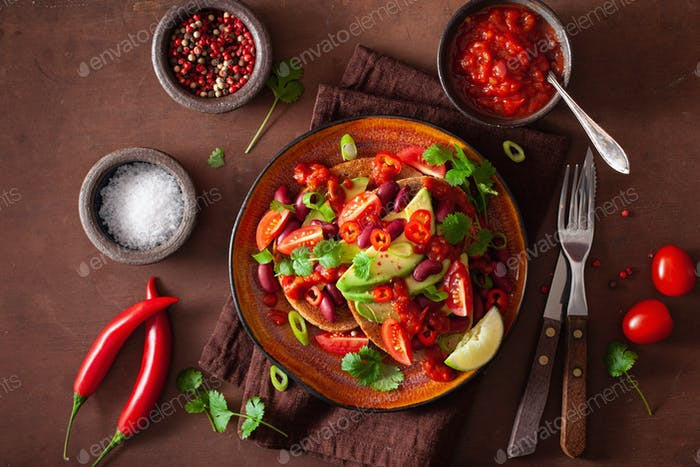 Mexikanisches Avocadobohnensandwich mit Tomaten-Chili-Schalotten