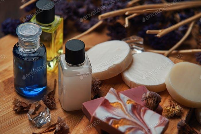 Shampoo und Seifenprodukte auf Holzbrett