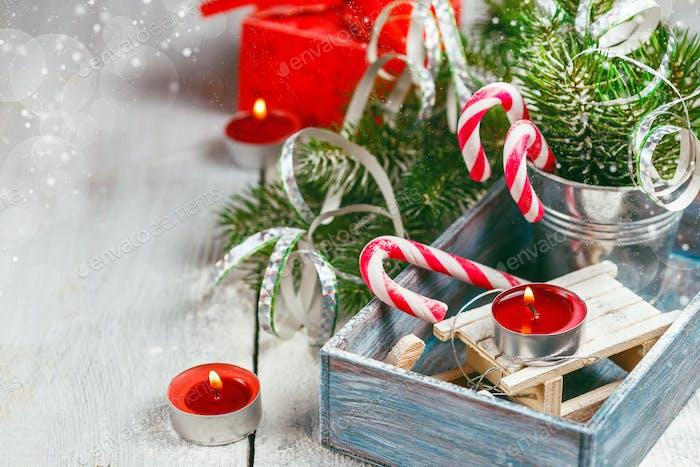 Weihnachtsspielzeug und Zuckerstangen