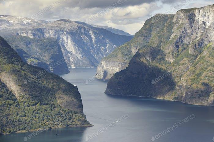 Norwegische Fjordlandschaft. Stegastein Aussichtspunkt. Aurland. Besuchen Sie Norwegen. Horizontal