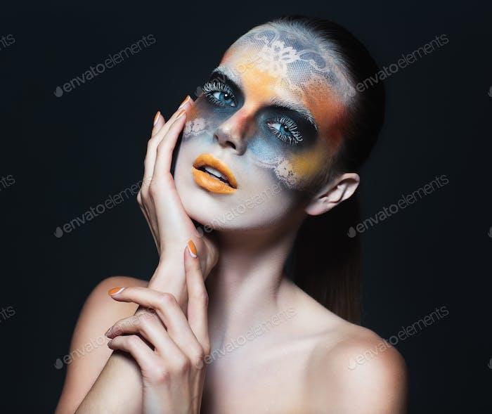 Porträt von schönen Glamour Mädchen mit dunklen Augen Make-up in der F