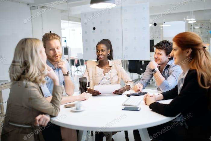 Встреча деловых людей за круглым столом