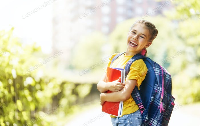 Niña con mochila