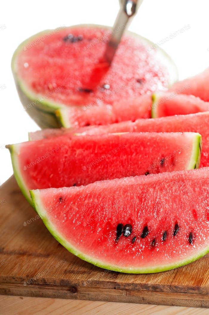 frische Wassermelone auf einem Holztisch