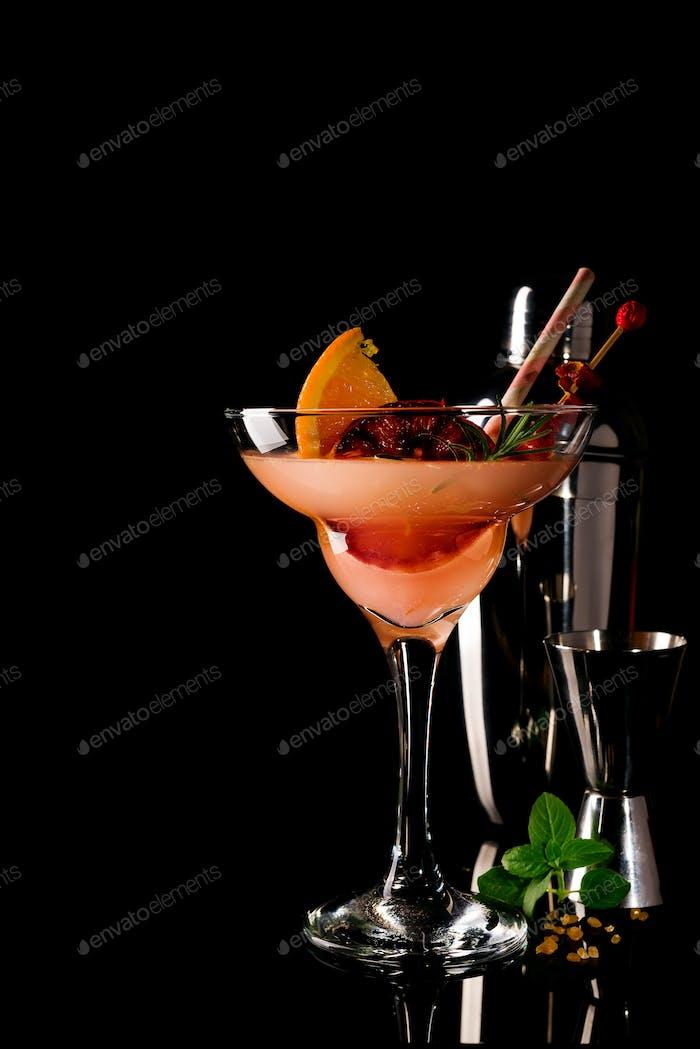 Französischer Daiquiri, Alkoholcocktail mit Zitronensaft, Zuckersirup, Cognac, Minze und Orange