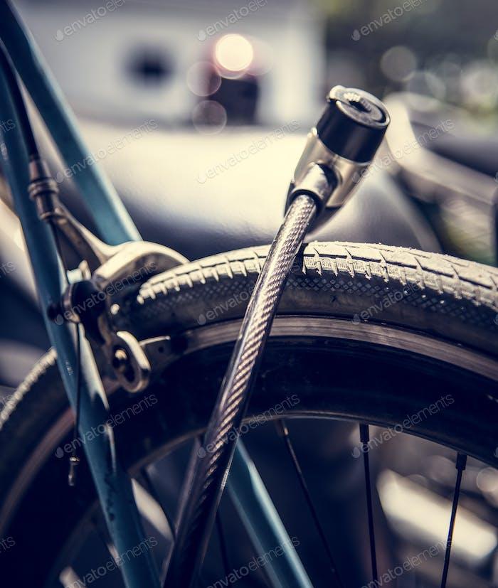 Metallschloss auf einem Fahrradrad