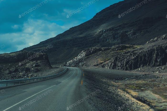 Island. Leere Winterstraße Autobahn. Berg-Hintergrundansicht. Dreharbeiten im Freien.