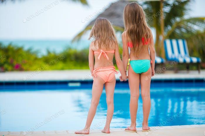 Kinder im Freibad in den Sommerferien