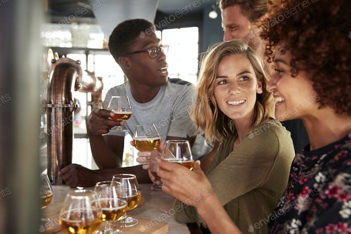 Groupe d'amis Dégustation de bière assis au bar