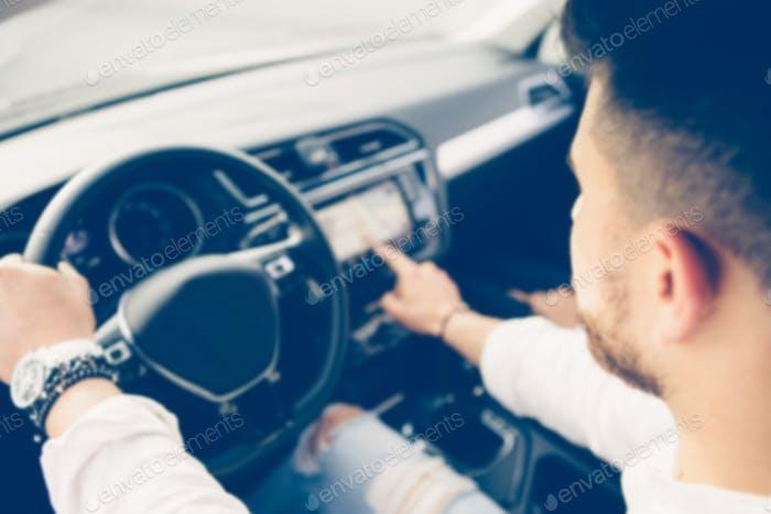 Junger Mann nutzt das Fahrzeug-Navigationssystem