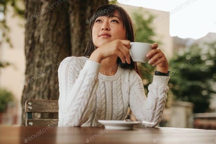 Chinesisch weiblich mit Kaffee im Café