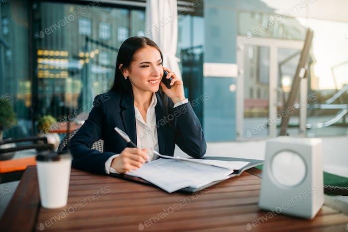 Mujer Negocios habla por teléfono Móvil en café
