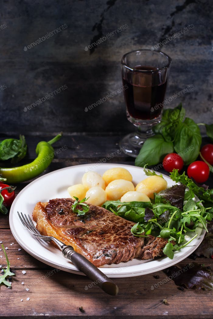 Grilled steak with potatoes